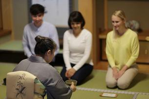 茶道体験をする外国人3人の写真素材 [FYI02067594]