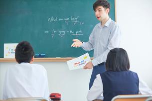 授業中の外国人講師と生徒の写真素材 [FYI02067612]