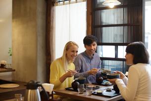 和食を食べる外国人3人の写真素材 [FYI02067613]