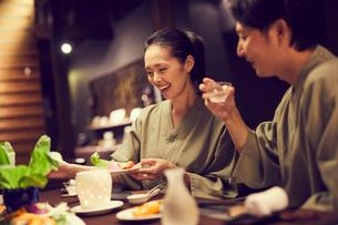 食事をする浴衣姿のミドル夫婦の写真素材 [FYI02067622]