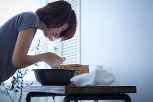 洗顔する女性の写真素材 [FYI02067637]