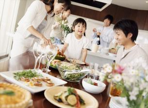 ホームパーティの家族と仲間の写真素材 [FYI02067640]