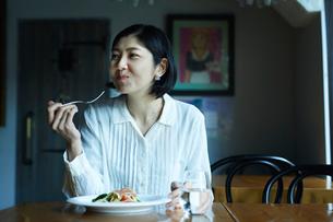 食事をする女性の写真素材 [FYI02067643]