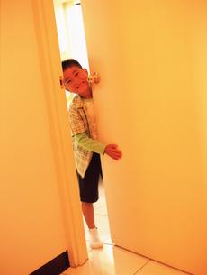 ドアからのぞく男の子の写真素材 [FYI02067649]