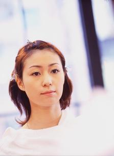 メイクする女性の写真素材 [FYI02067650]