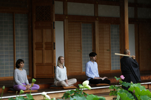 坐禅をする外国人と直堂の写真素材 [FYI02067659]