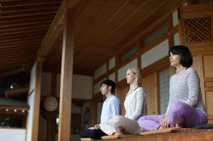 座禅をする外国人3人の写真素材 [FYI02067671]