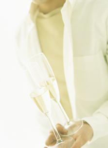 グラスを持つ男性の手元の写真素材 [FYI02067682]