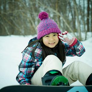 スノーボードを楽しむ女の子の写真素材 [FYI02067684]