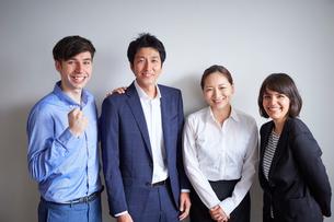 外国人と日本人の男女4人の写真素材 [FYI02067693]