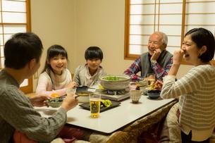 こたつで食事をする家族の写真素材 [FYI02067696]