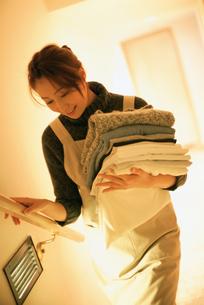 洗濯物を持つ女性の写真素材 [FYI02067700]