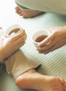 畳の上でお茶を飲むの写真素材 [FYI02067711]