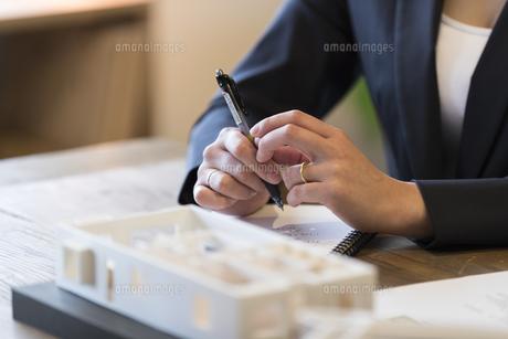 建築模型とビジネスウーマンの手元の写真素材 [FYI02067718]
