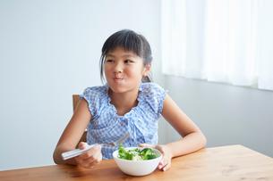 サラダを食べる女の子の写真素材 [FYI02067735]