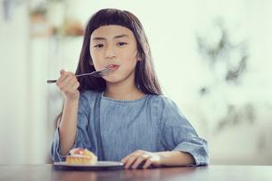タルトを食べる女の子の写真素材 [FYI02067761]
