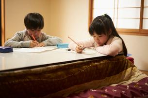 こたつで勉強する子供2人の写真素材 [FYI02067771]