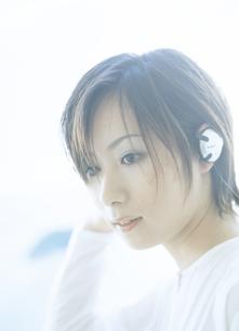 音楽を聴く女性アップの写真素材 [FYI02067776]