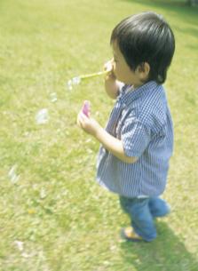 シャボン玉をする男の子の写真素材 [FYI02067778]