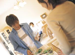 食器を運ぶ男性の写真素材 [FYI02067786]