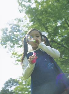 シャボン玉をする女の子の写真素材 [FYI02067819]