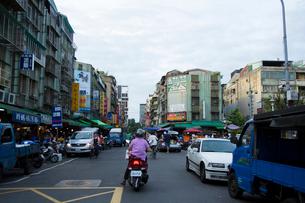 朝市で賑わう街 台湾の写真素材 [FYI02067822]
