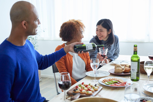 ホームパーティーをする外国人と日本人の写真素材 [FYI02067825]