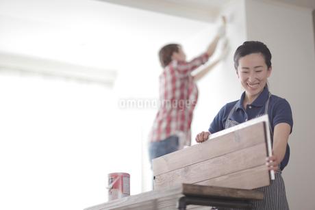 DIYを楽しむ女性2名の写真素材 [FYI02067829]