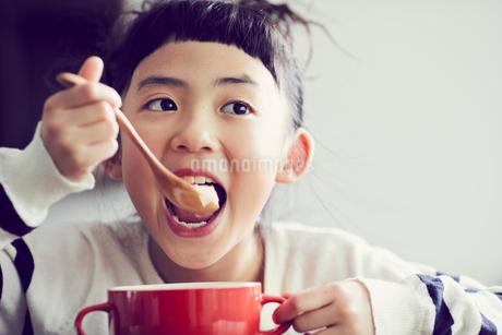 食事をする女の子の写真素材 [FYI02067832]