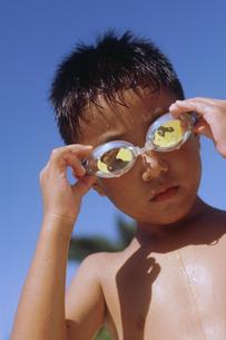 青空とサングラスをかけた男の子の写真素材 [FYI02067838]