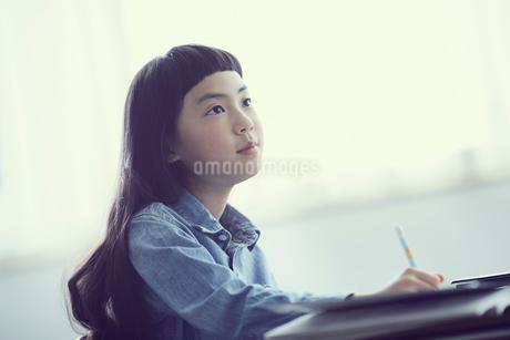 授業を受ける女の子の写真素材 [FYI02067856]