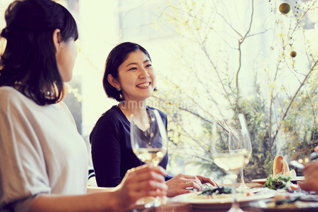 レストランで食事をする女性2人の写真素材 [FYI02067862]