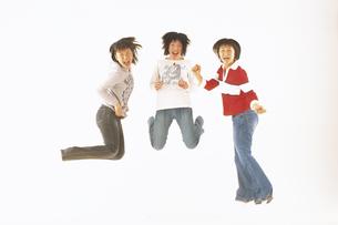 ジャンプする女子学生3人の写真素材 [FYI02067863]