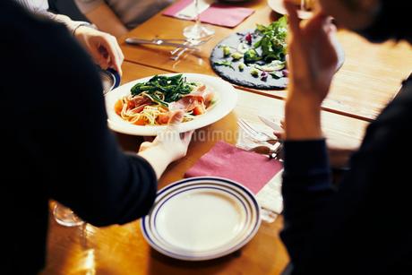 レストランの給仕の写真素材 [FYI02067871]