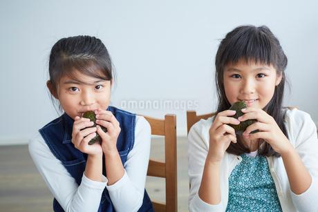 おにぎりを食べる女の子2人の写真素材 [FYI02067874]