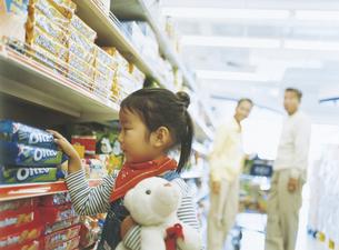 スーパーマーケットで買い物をする家族の写真素材 [FYI02067889]