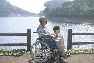 川と車椅子の老夫婦の写真素材 [FYI02067898]