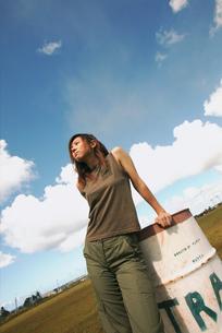 ドラム缶に手をかける女性の写真素材 [FYI02067912]