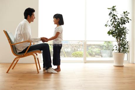 向い合う父親と女の子の写真素材 [FYI02067916]