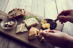 パンにバターを塗る女性の手の写真素材 [FYI02067920]