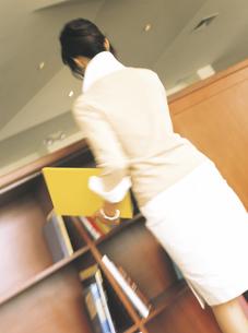 ファイルを持つビジネスウーマン後姿の写真素材 [FYI02067922]