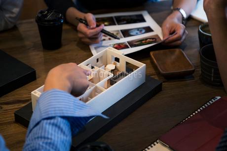 建築模型を使ったミーティングの写真素材 [FYI02067933]