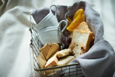 籠の中のパンとカップの写真素材 [FYI02067938]