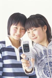 携帯電話をみる女子学生2人の写真素材 [FYI02067939]