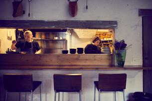 飲食店のカウンターキッチンの写真素材 [FYI02067943]