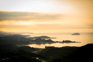 九フンから望む夕焼けと海 台湾の写真素材 [FYI02067960]
