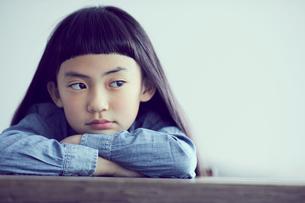 机に伏せる女の子の写真素材 [FYI02067967]