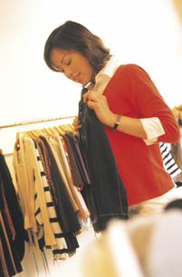 ショッピングする女性の写真素材 [FYI02067978]