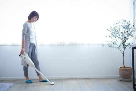 掃除をする女性の写真素材 [FYI02067979]