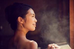 温泉に入浴するミドル女性の写真素材 [FYI02067981]